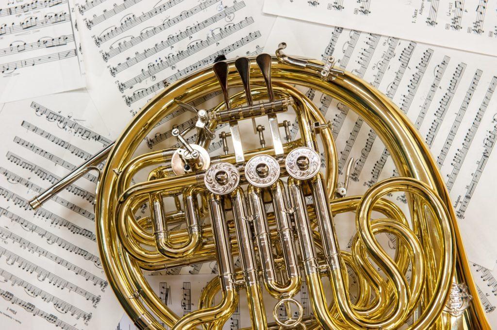 Blechblasinstrument - Doppelhorn auf Notenblatt
