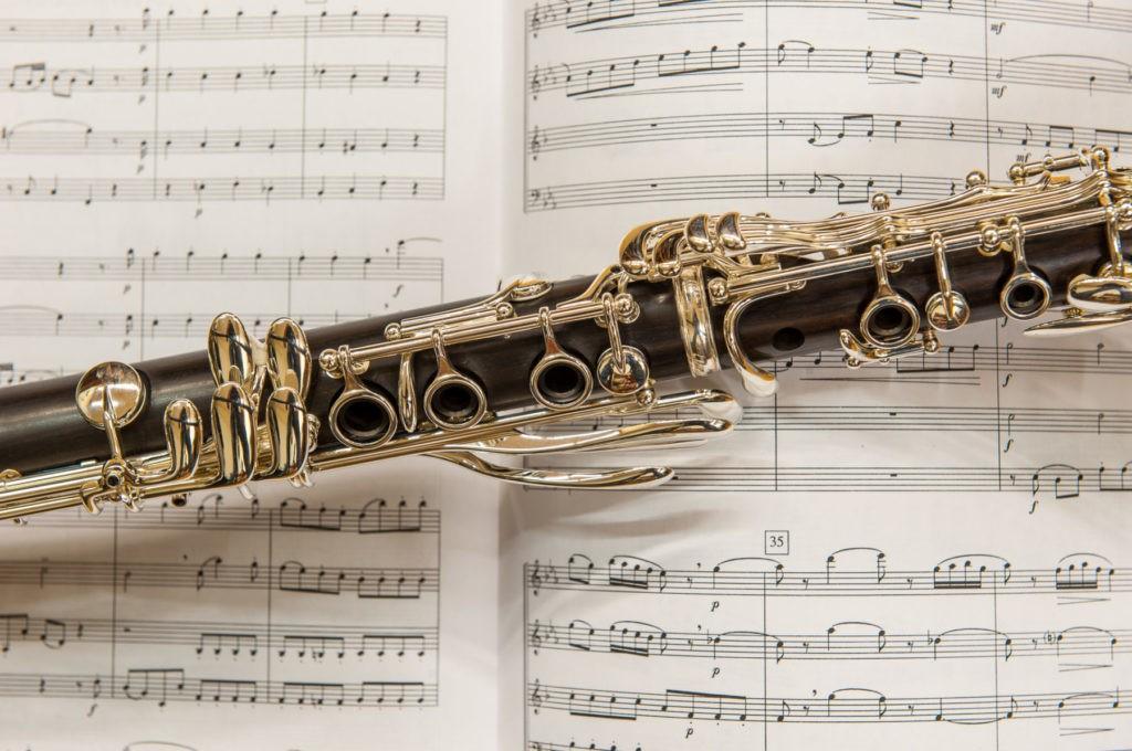 Blasinstrument auf Noten
