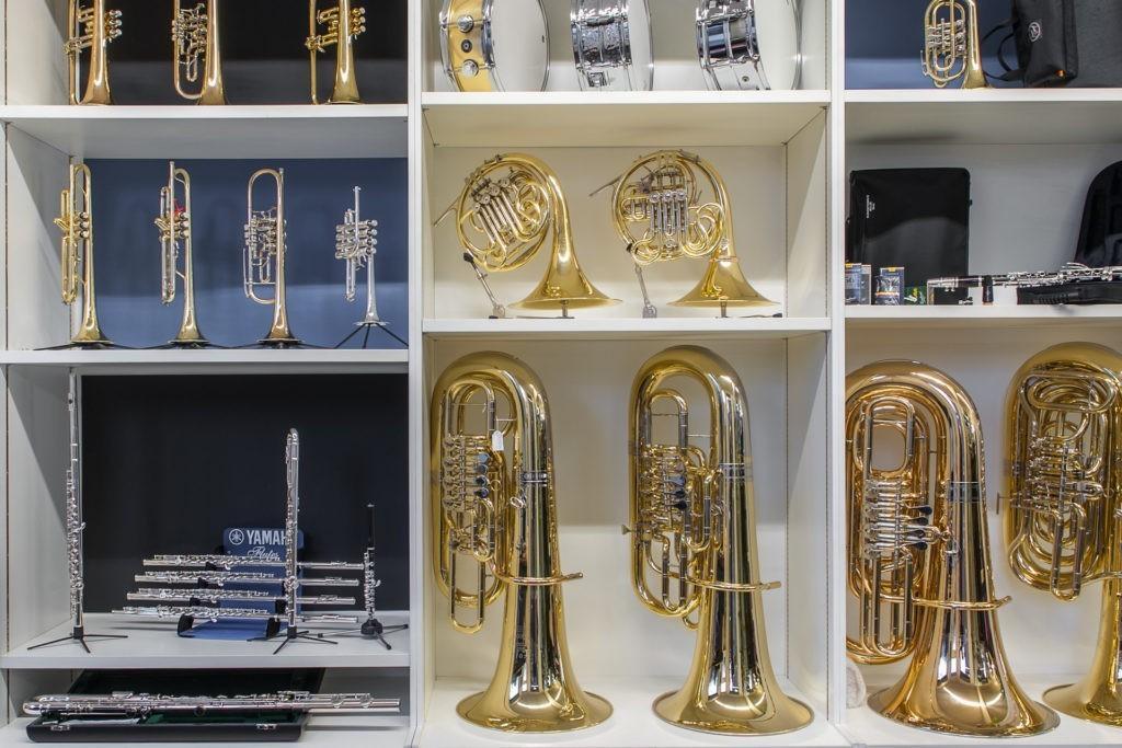 Auslage im Musikgeschäft - Blasinstrumente