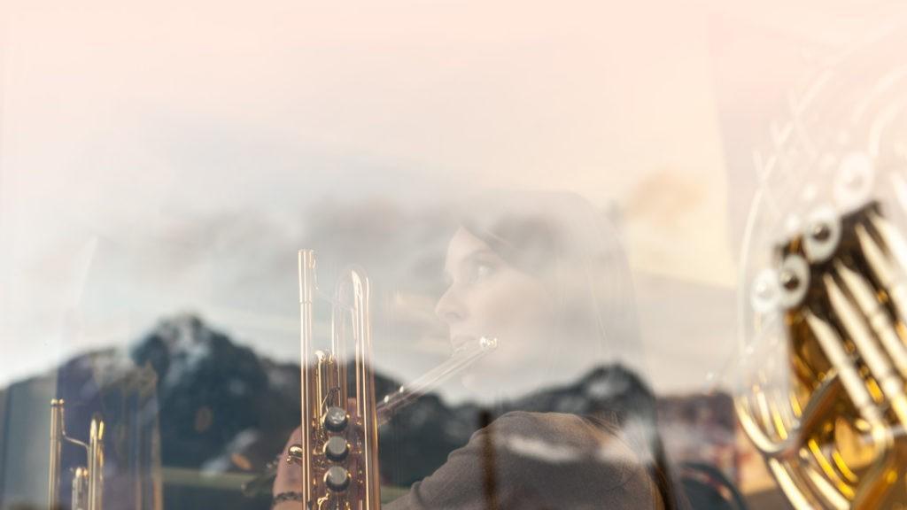Schaufenster des Musikgeschäfts mit Südtiroler Berge