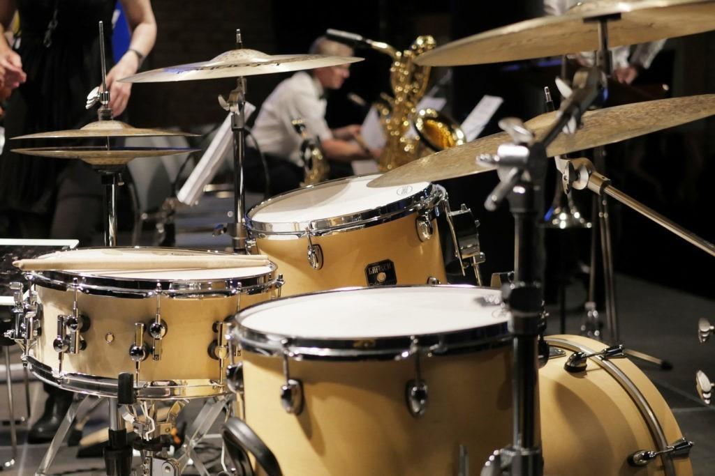 Schlagzeug auf Bühne zum Verleih