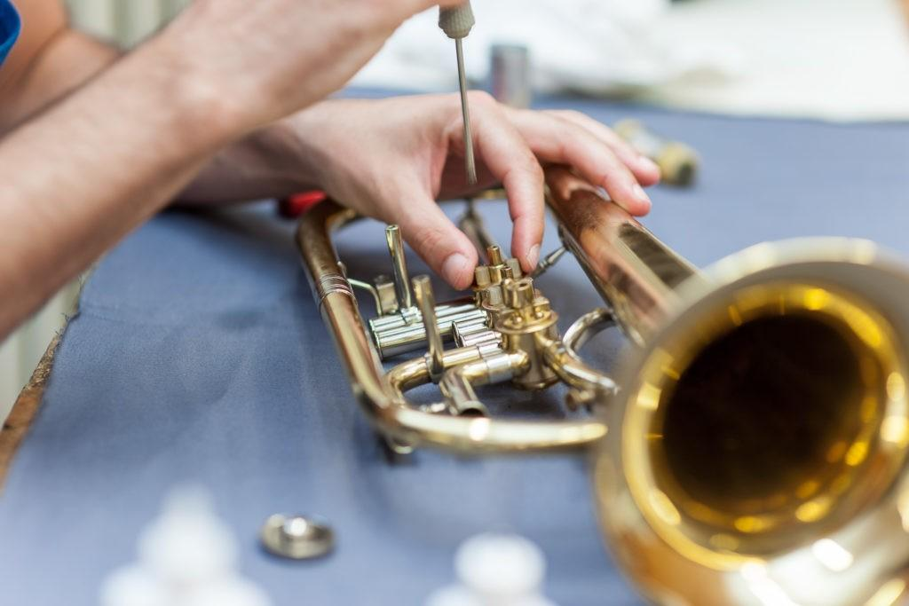 Reparatur einer Trompete